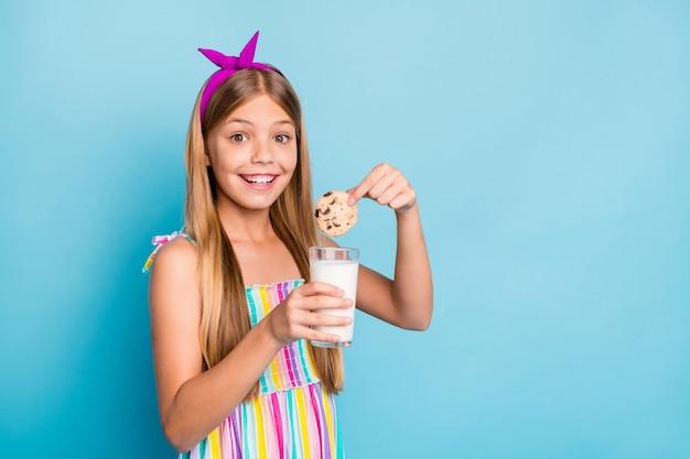 Divertente simpatica adorabile adorabile piccola ragazza mangia biscotti goditi il pranzo