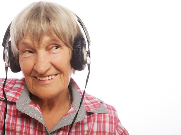 Musica d'ascolto divertente della vecchia signora. isolato su bianco.