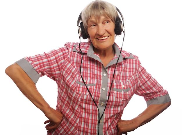 Musica d'ascolto divertente della vecchia signora isolata