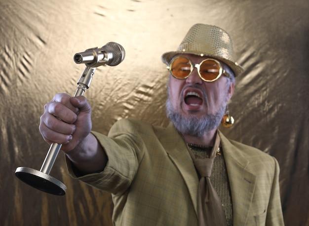 Divertente vecchio dj con microfono