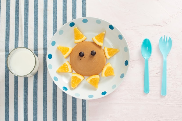 Pancake divertenti all'arancia per la colazione dei bambini