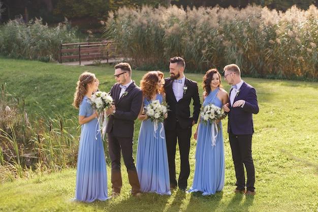 Foto divertente dei testimoni dello sposo e delle damigelle