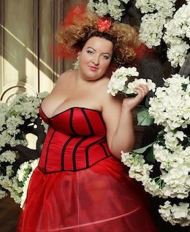 Regina divertente in abito rosso con corsetto