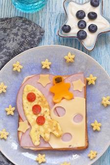 Divertente panino con rucola e un cosmonauta sulla luna del formaggio