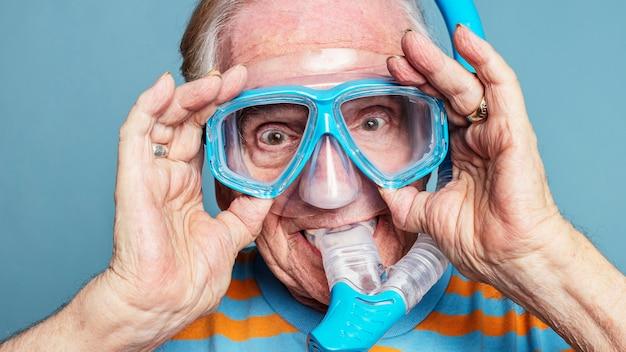Uomo anziano divertente che indossa occhiali da snorkeling