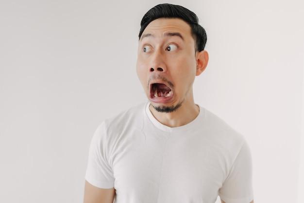 Divertente volto scioccato e sorpreso dell'uomo isolato su sfondo bianco