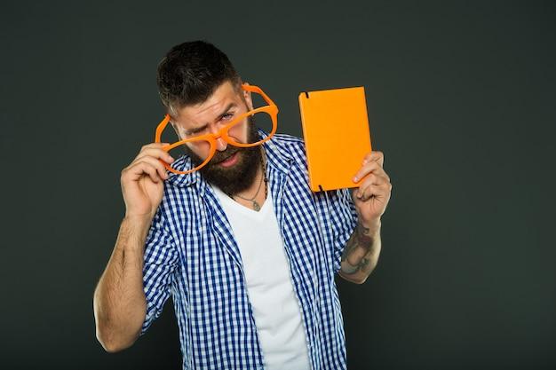 Storia divertente lo studio è divertente libro divertente per rilassarsi copertina del libro copia spazio abbigliamento uomo barbuto hipster