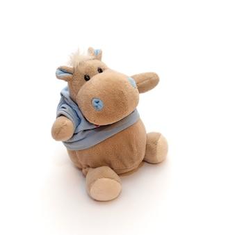 Simpatico ippopotamo giocattolo divertente con una maglietta blu su una superficie bianca isolata