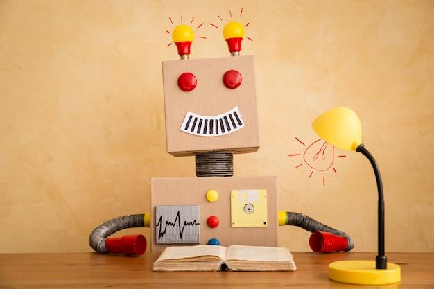 Robot giocattolo divertente. innovazione tecnologica e concept creativo