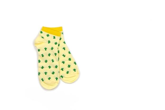 Funny womens o mens, unisex, calzini gialli tagliati con cactus verdi isolati su bianco, copia spazio, piatto lay. concetto di moda, abiti insoliti e alla moda, umorismo. vista dall'alto, posto per il testo.