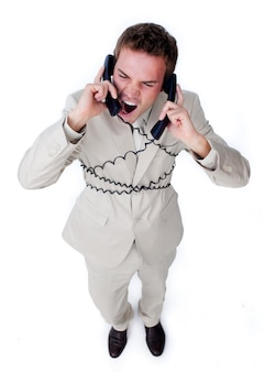 L'uomo d'affari furioso si aggroviglia nei cavi del telefono