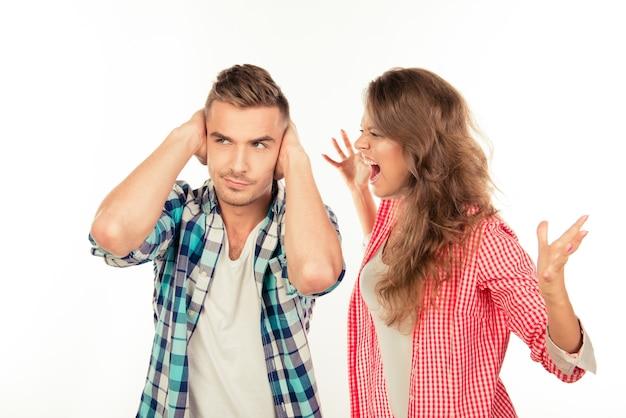 Giovane donna furiosa che grida al suo fidanzato