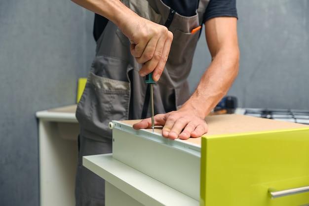 Concetto di assemblaggio di mobili close up servizio di assemblaggio di mobili