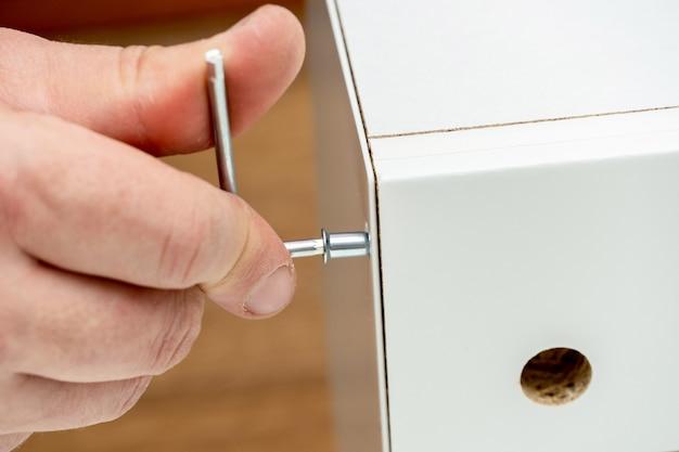 Montaggio del mobile, avvitamento, serraggio del bullone esagonale con apposito strumento chiave