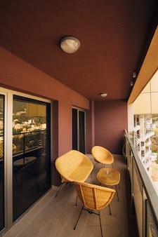 Mobili sul balcone dell'appartamento