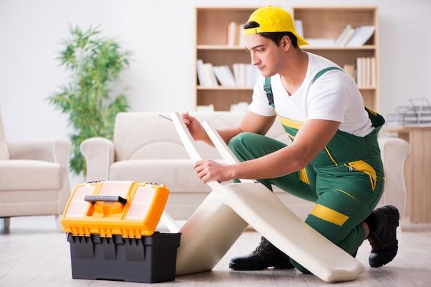 Riparatore della mobilia che ripara poltrona a casa