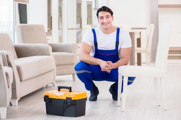 Riparatore di mobili che lavora nel negozio