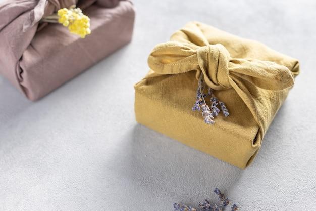 Regali furoshiki. confezione regalo fatta a mano senza plastica
