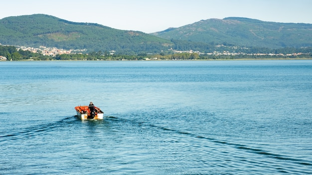 Solco nell'acqua di uno yacht che naviga con la prua sul fondo