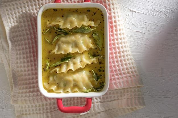 Cibo fusion di curry verde con gnocchi. curry verde (kaeng kheiyw hwan) con cibo tailandese