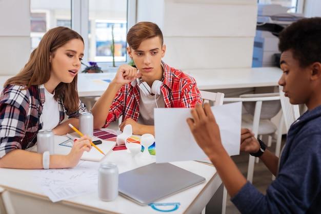 Futuri ingegneri. tre promettenti futuri ingegneri si sentono estremamente impegnati durante la preparazione per l'esame