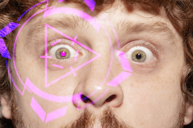 Uomo futuro con pannello oculare della tecnologia informatica, interfaccia del cyberspazio, concetto di oftalmologia. occhi maschili scioccati con tecnologia di identificazione moderna, cure mediche per gli occhi, messa a fuoco. effetti visivi.