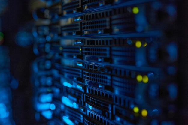 Immagine di sfondo futuristica del server rack con luci lampeggianti nel supercomputer, spazio di copia