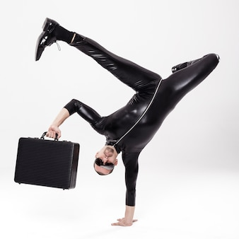 Uomo d'affari futuristico dell'interruttore con valigetta su sfondo bianco