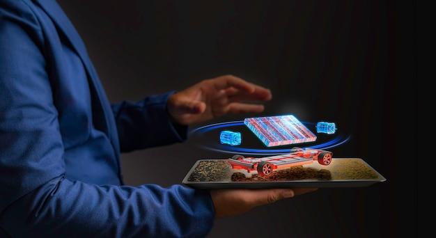Un uomo d'affari futuristico tiene in mano un concetto futuro di tablet digitale dall'ologramma