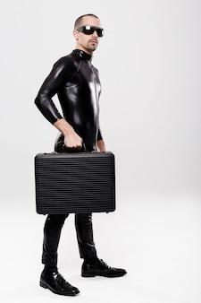 Uomo d'affari futuristico con valigetta su sfondo bianco