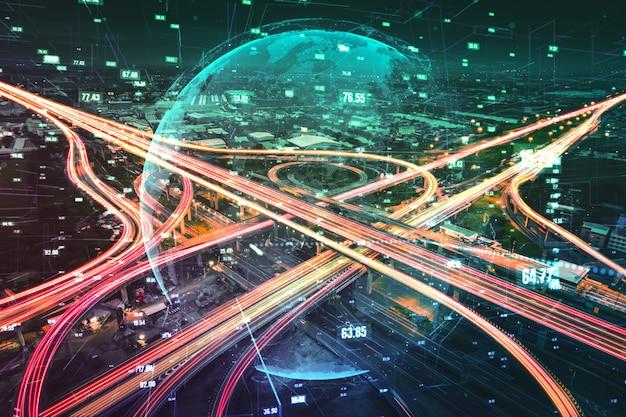 Tecnologia futuristica di trasporto su strada con grafica di trasferimento dati digitale