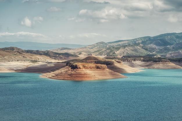 Viste futuristiche del canyon e del bacino idrico. il bacino idrico di chirkeyskoye è il più grande bacino artificiale del caucaso. daghestan