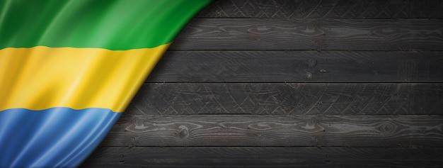 Bandiera del gabon sul muro di legno nero