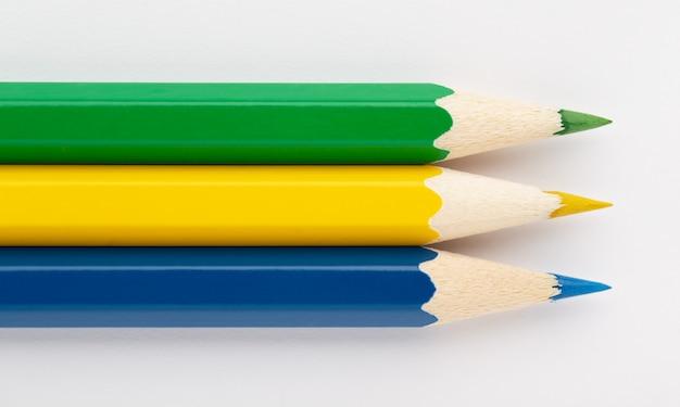 Bandiera del gabon fatta di matite in legno colorate