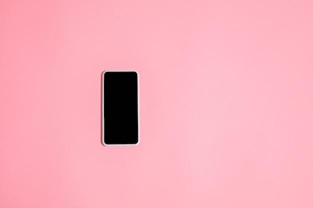 Gadget, dispositivo in vista dall'alto, schermo vuoto con copyspace, stile minimalista. tecnologie, moderno, marketing. spazio negativo per l'annuncio. corallo sul muro. elegante, alla moda. posto di lavoro per la produttività.