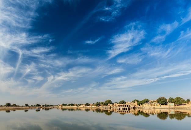 Gadi sagar - lago artificiale. jaisalmer, rajasthan, india