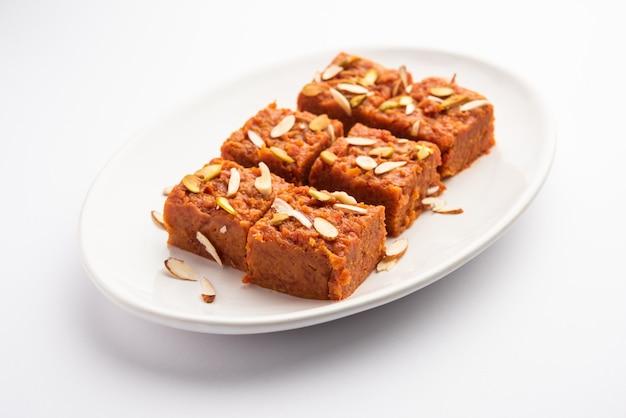 Gajar halwa barfi o carrot pudding barfee è un popolare piatto dolce indiano