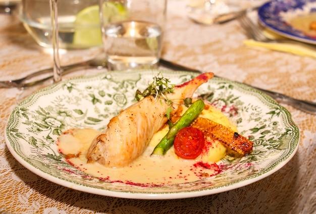 Cena di gala al ristorante, secondo piatto, carne con patate