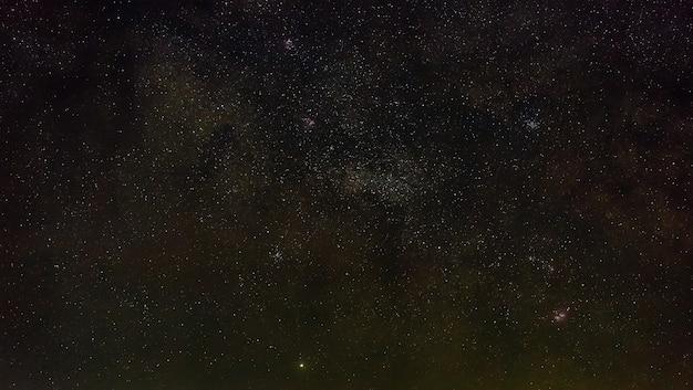 Galaxy la via lattea nel cielo notturno con le stelle. una veduta dello spazio aperto. primo piano fotografato con una lunga esposizione.