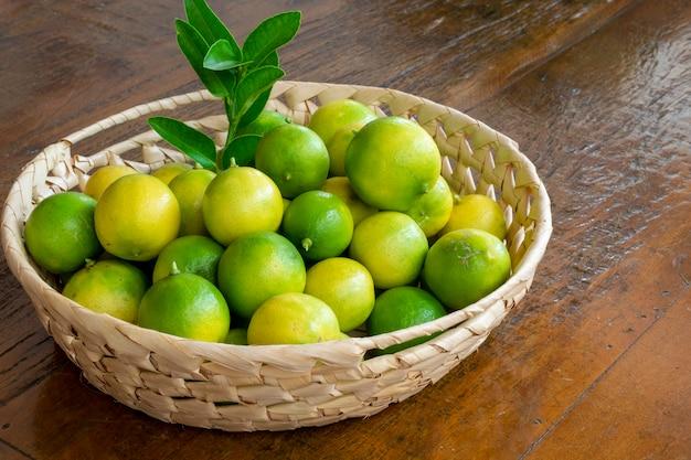 Cestino di limone galiziano sulla tavola di legno.