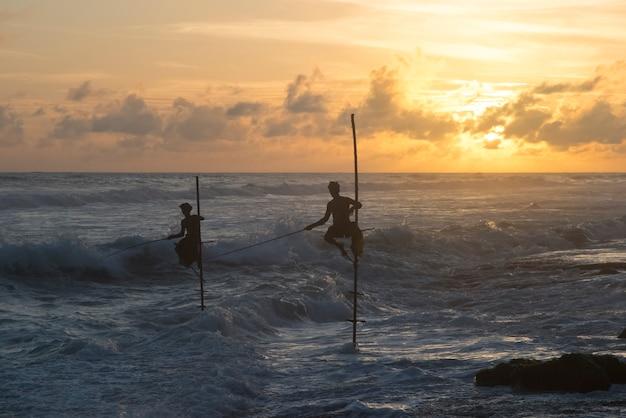 Galle sri lanka settembre112017 pescatore di bastoni sulle spiagge del sud dello sri lanka