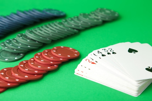 Chip di gioco e carte per il poker sulla parete verde. vista dall'alto