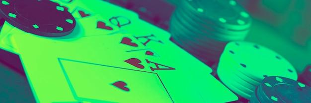Carte da gioco dello stesso seme contro la superficie delle fiches del casinò