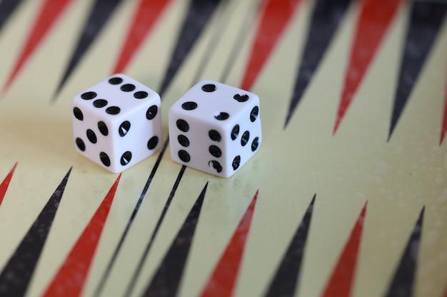 Gioco da tavolo con dadi e dadi per strategia di allenamento gioca con il gioco da tavolo per 2 giocatori di backgammon Foto Premium