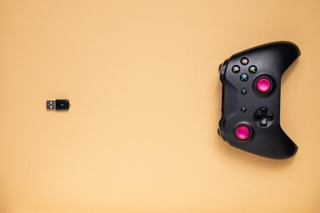 Il joystick di gioco è collegato al ricetrasmettitore, pronto per l'uso con tutti i pulsanti e le leve.