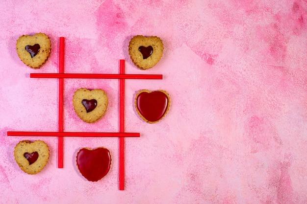 Gioco di biscotti tic tac punta a forma di cuore. concetto di san valentino