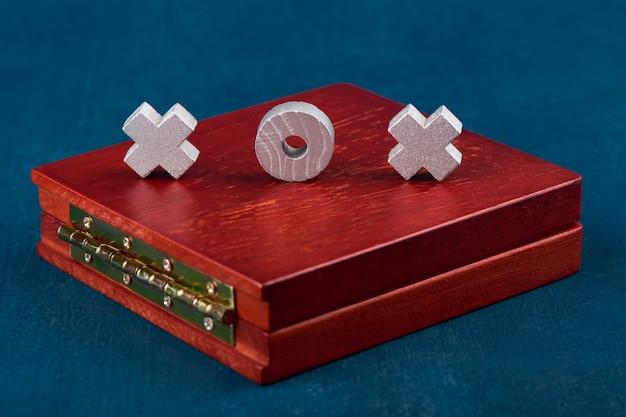 Gioco tic tac toe, gettoni di gioco su un primo piano di scatola di legno