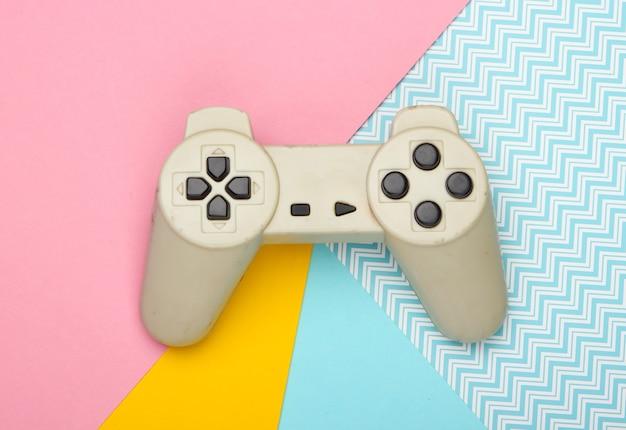 Gamepad su sfondo pastello. vista dall'alto