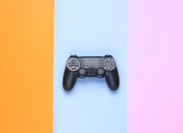Gamepad su uno sfondo di carta colorata