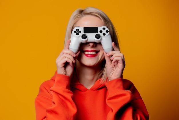 Ragazza del giocatore con gamepad bianco